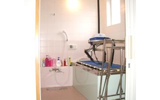 「ストレッチャーで体を伸ばしたまま入浴」できる浴室