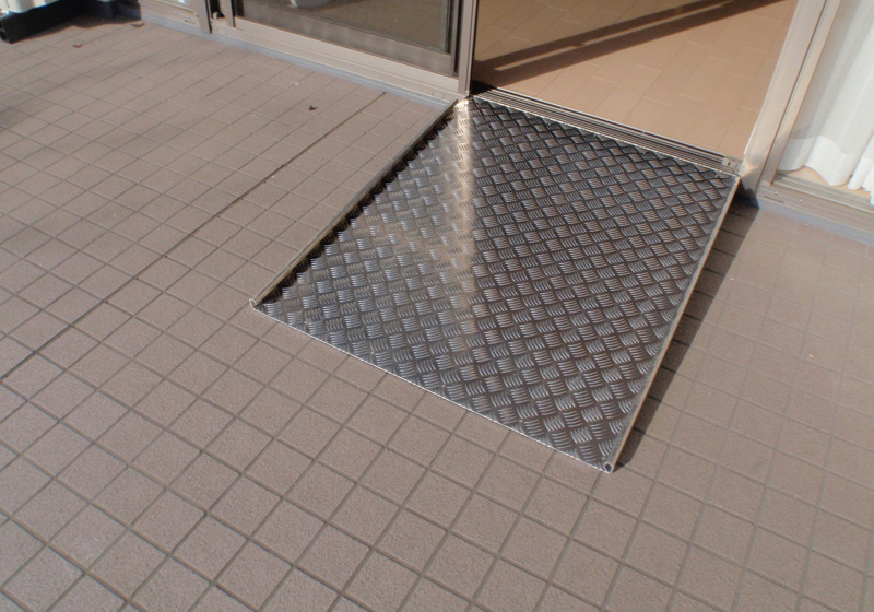 マンションの床段差、スロープの長さを原寸大模型で考える