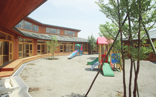 保育園は、大きくて小さな「縁側のある住まい」に