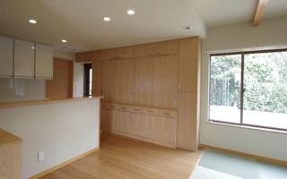 掃除機まで収納する、壁一面の造り付け食器棚