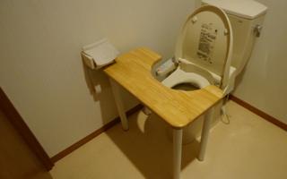 子どものトイレトレーニングのための「トイレ机」