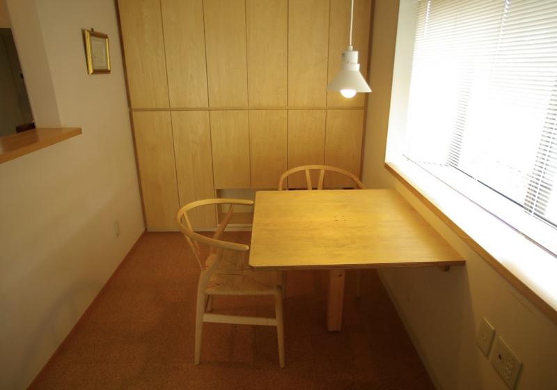 窓と繋がるダイニングテーブルに、家族の思い出がある