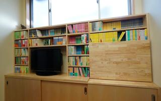 ライティングデスク付きの本棚には、たくさんの文庫本