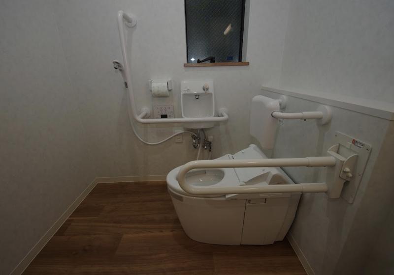 シャワー室と一体で利用できる、洗面室内のトイレ