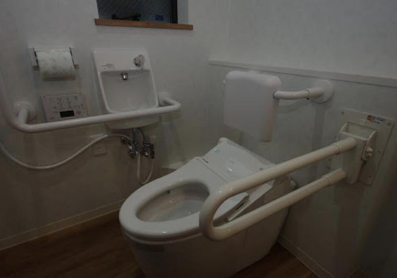 シャワー室と一体で利用できる洗面室内のトイレ