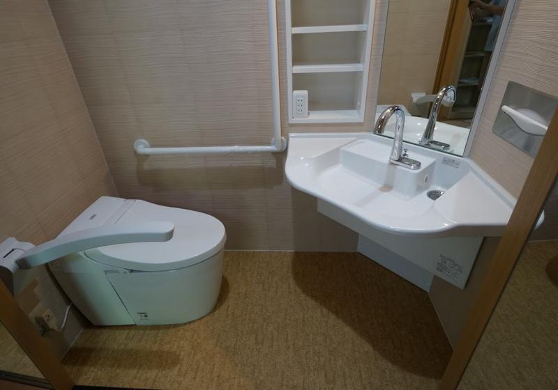 寝室のクローゼットを、車いすで利用する「1帖トイレ」に