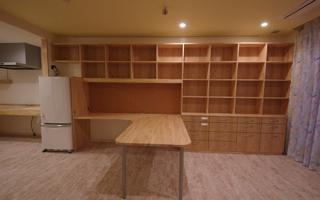 間口5m、本棚にL型テーブルを組み込んだリビング家具