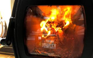 「薪ストーブ」が暖かい、隠れ家のような応接間