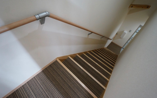 階段を「1階と2階とを繋げる段差」としてデザインする