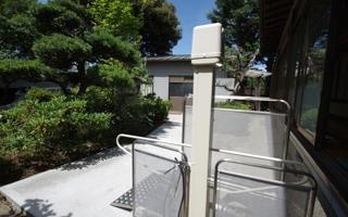 重厚な和風建築の縁側に設置した段差リフト