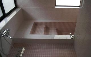 自由に気兼ねなく入浴できる、埋め込み浴槽