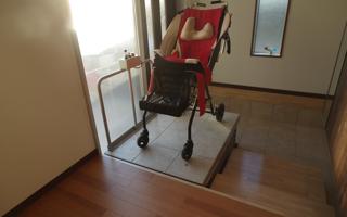 段差リフトと踏み台、40cmの段差のある玄関室