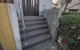 玄関ポーチの階段は、両側に手すりを取り付けたい