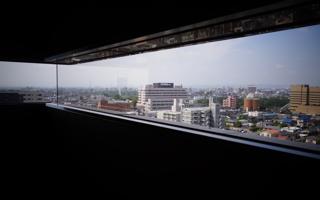 前橋市役所の細長い窓から、前橋市街を眺める