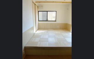 居間の隣りの寝室に、桐で造った高床を