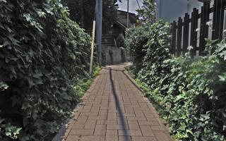 深く思い出に残る、幼稚園に繋がる細い路地