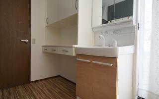 シンプルなフロート設置の食器棚