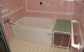 浴室 - 入浴台外せば介助スペースに