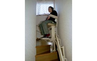 階段(1)- 昇降機、足腰弱い高齢者向け