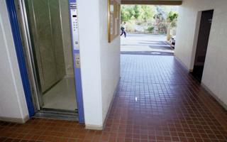 マンション(1)- 車いす使用見越した建物選びを