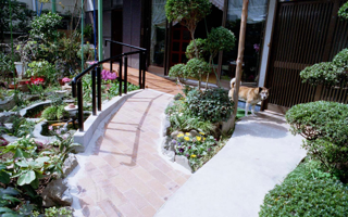 手入れの行き届いた美しい庭と、弧を描くレンガのスロープ
