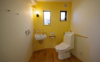 機能だけではなく遊び心を持たせた、斜めなトイレ