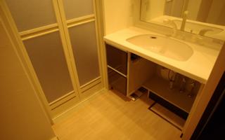 マンションの洗面室、最低限の車いす対応リフォーム